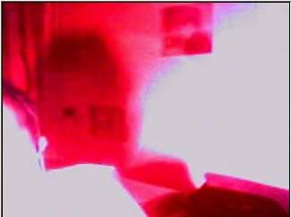 Rode gloed, links onder is een gezicht te zien, niet voltooid en echt overtuigend maar wel aanwezig.