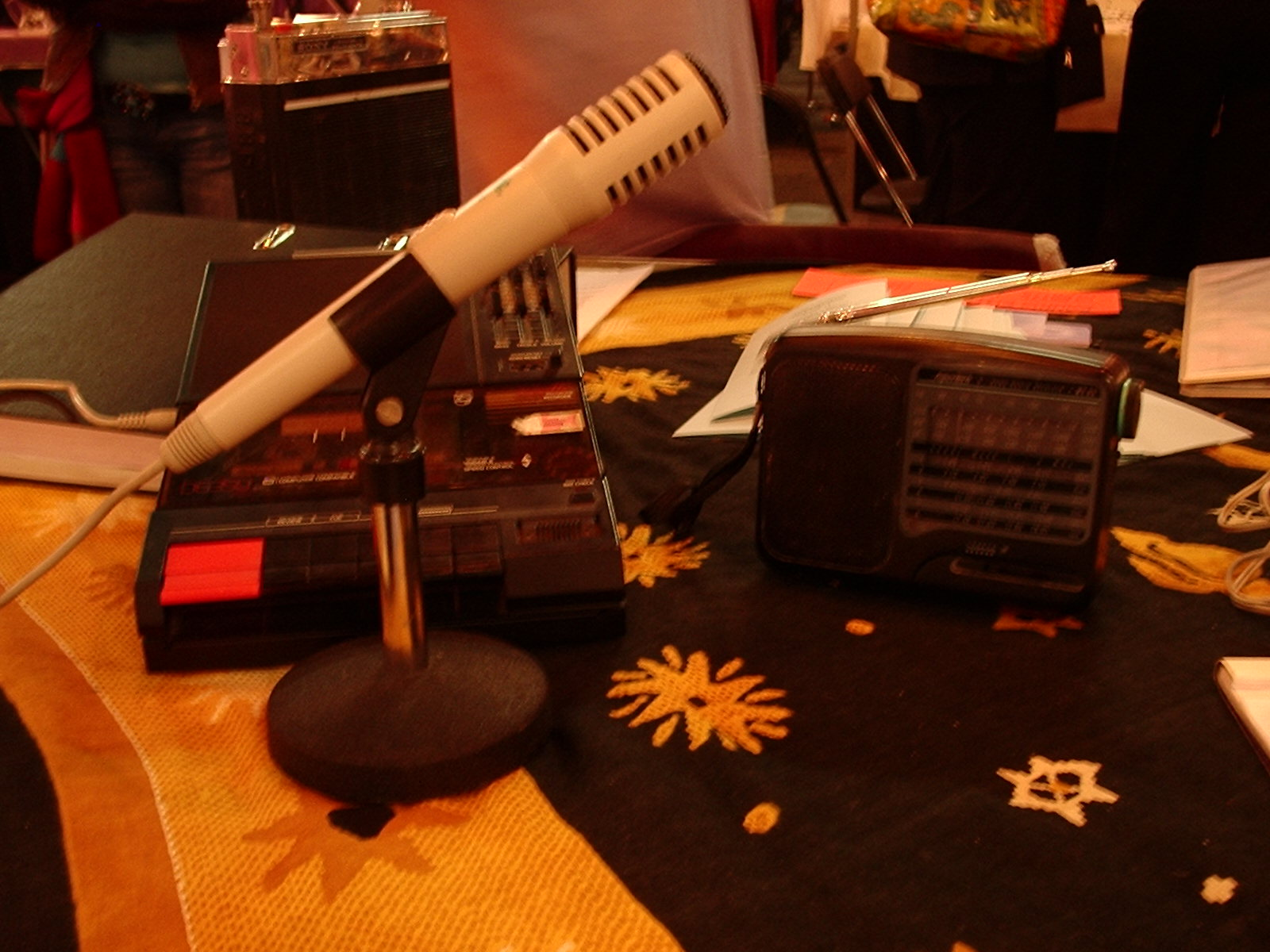 Een cassetterecorder, microfoon, en het belangrijkste! een radio met MW golf
